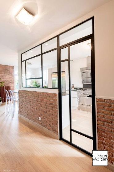 Porte verrière mondrian séparant la cuisine du couloir.